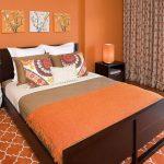 Однотонная оранжевая спальня