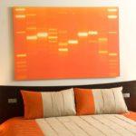 Оранжевая спальня в простом интерьере