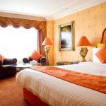 Оранжевый цвет для создания сочного интерьера спальни