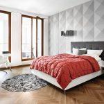 Плинтуса под цвет окон в просторной спальне