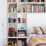 Практичные полки для книг в спальне