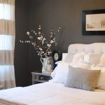 Приятный интерьер спальни с использованием цветов