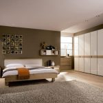 Просторная коричневая спальня