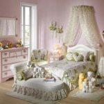 Романтический интерьер спальни с помощью аксессуаров