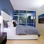 Синий цвет лоя создания интерьера спальни