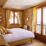 Солнечная спальня в желтом оформлении