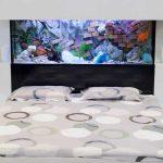 Современный аквариум, установленный в спальне