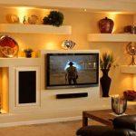 Спальная комната с практичным коробом из гипсокартона для телевизора