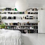 Спальня с большими практичными полками