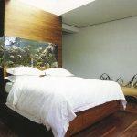 Спальня с красивым аквариумом