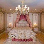 Стиль ренессанс выглядит раскошно в просторной спальне