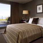 Стильная коричневая спальня