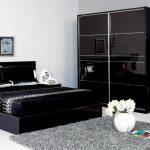Стильный интерьер темной, черной спальни