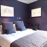 Строгий стиль спальни в синем цвете