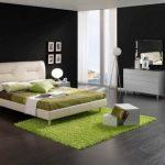 Светлая спальня с черными стенами