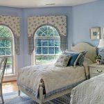 Светлая уютная кантри спальня
