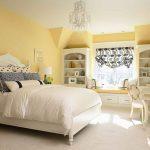 Светлая желтая спальня