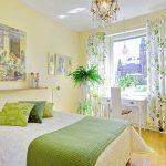Светлая желтая спальня с рабочим местом