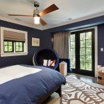 Темно-синняя просторная спальня