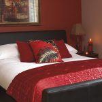 Темные красные цвета для оформления спальни