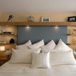 Удобные полки на стене в спальне