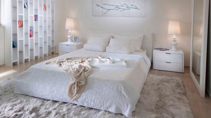 Уютная белая спальня в доме