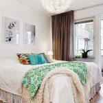 Уютная белая спальня в тенденциях скандинавского стиля