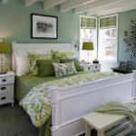 Уютная и красивая зеленая спальня
