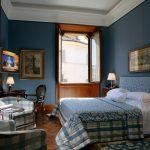 Уютная синяя спальня в доме