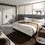 Уютная спальня, оформленная в стиле хай-тек