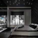 В спальне размещена дорогая музыкальная система
