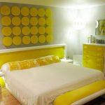 Яркая и красивая спальня в желтом цвете