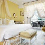 Желтая спальня в холодных тонах