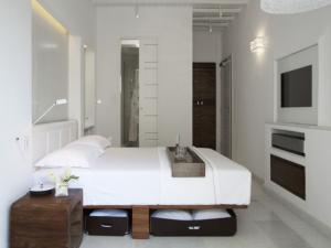 Прекрасно обустроенная белая спальня