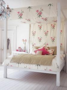 Расслабляющий интерьер в спальне