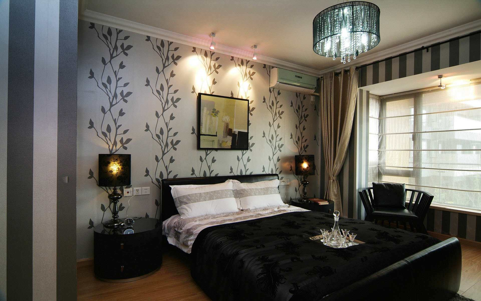 Два вида обоев с рисунком растения и простой полоской создают ощущения комфорта в спалне