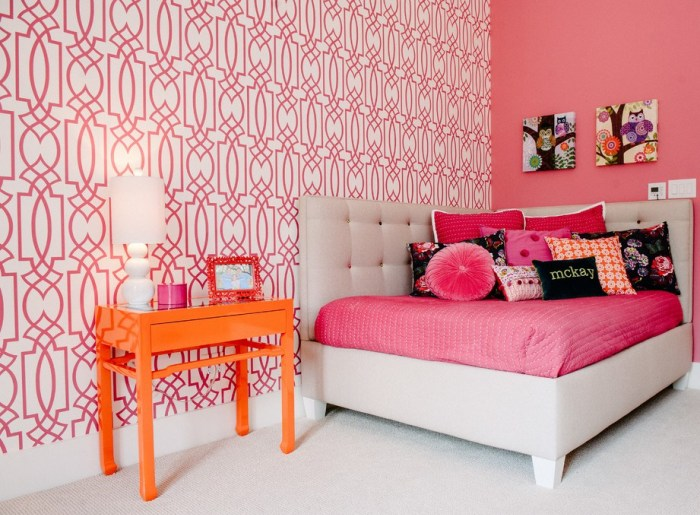 Использование красного в орнаменте обоев двух видов для интерьера спальни