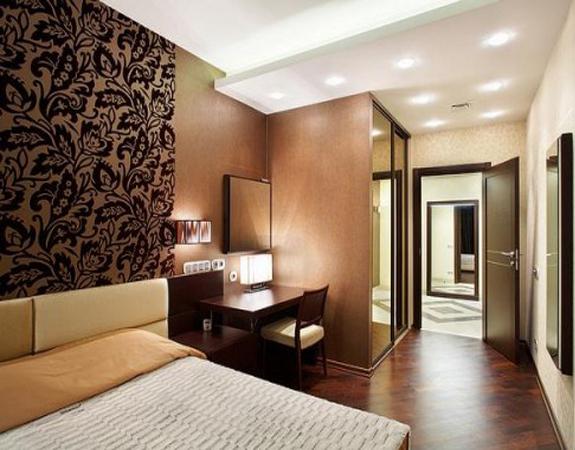 Коричневые и черные оттенков в спальне создают умопомрачительный в интерьер благодаря обоям двух видов применяемые в спальне
