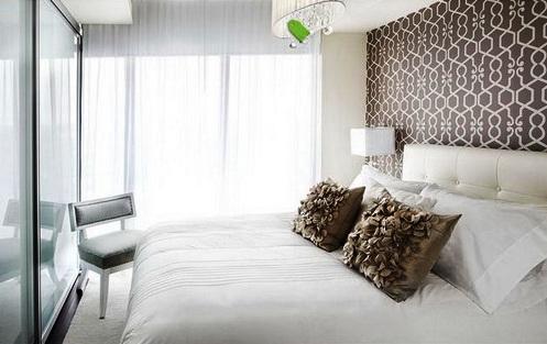 Красивые обои двух видов для интерьера спальни