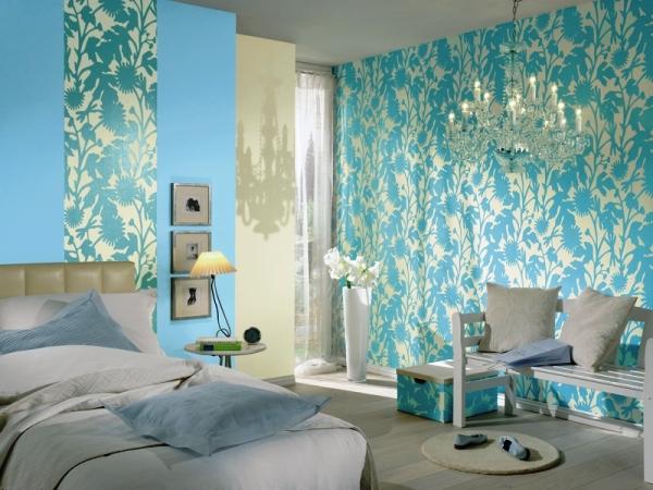 От дизайна стен во многом зависит общий интерьер помещения спальни с обоями двух видов
