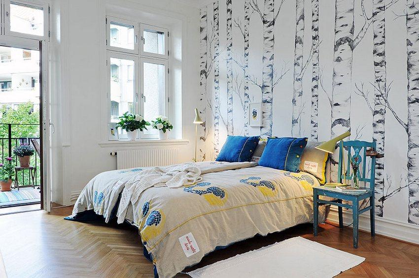Пример сочетания двух видов обоев – белоснежных и с рисунком создают неповторимо-воздушный интерьер в спальне
