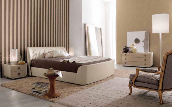 С помощью двух видов обоев в полоску можно сделать интерьер красивые а также везуально увеличить высоту потолков