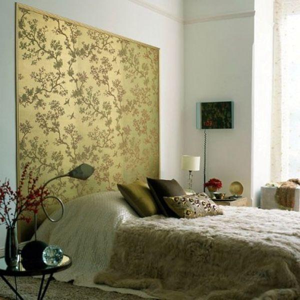 Яркая вставка у изголовья неповторима в интерьере данной спальне и всё это с применением обоев двух видов