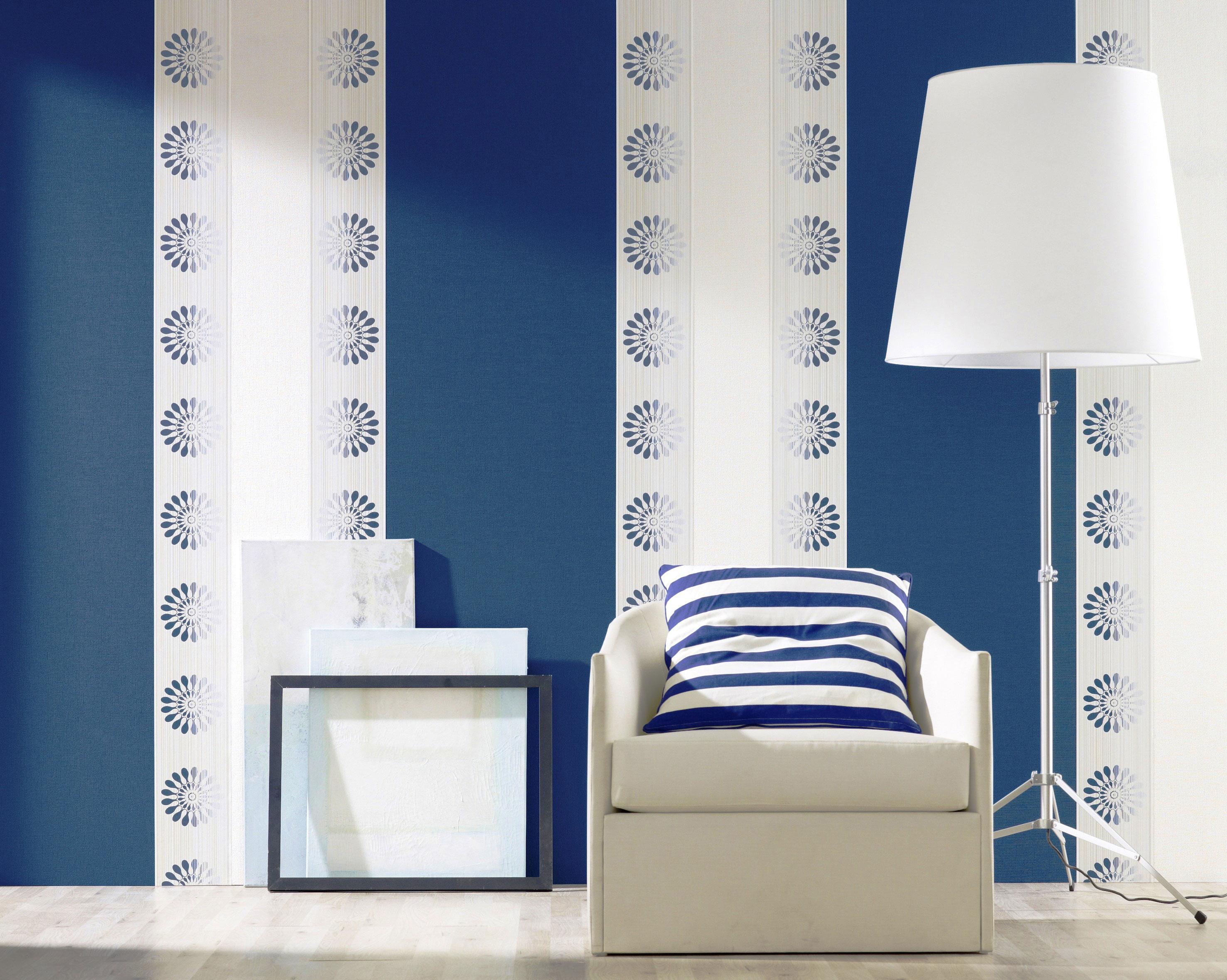 Комбинирование белого цвета и синего создаётся обоями двух видов, тем самых подчёркивает зону для комфортного чтения в спальне