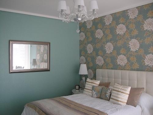 Как красиво подобрать в спальне обои двух видов для создания впечатлительного интерьера