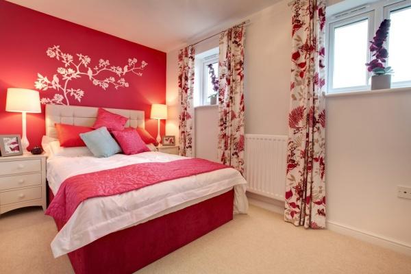 Интерьер спальни с обоями двух видов красным фоном и белым рисунком
