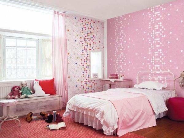 Схожие по фактуре но разные по цвету стены благодаря обоям двух видов помогают создать лучший интерьер для женской спальни