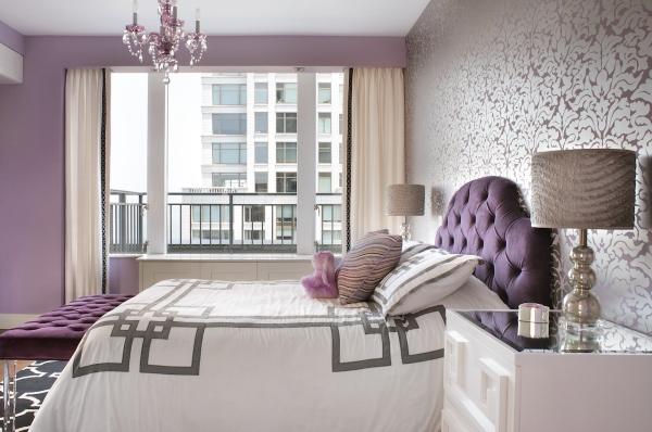 Сиреневый интерьер спальни с обоями двух видов поражает своей красотой и лаконичностью