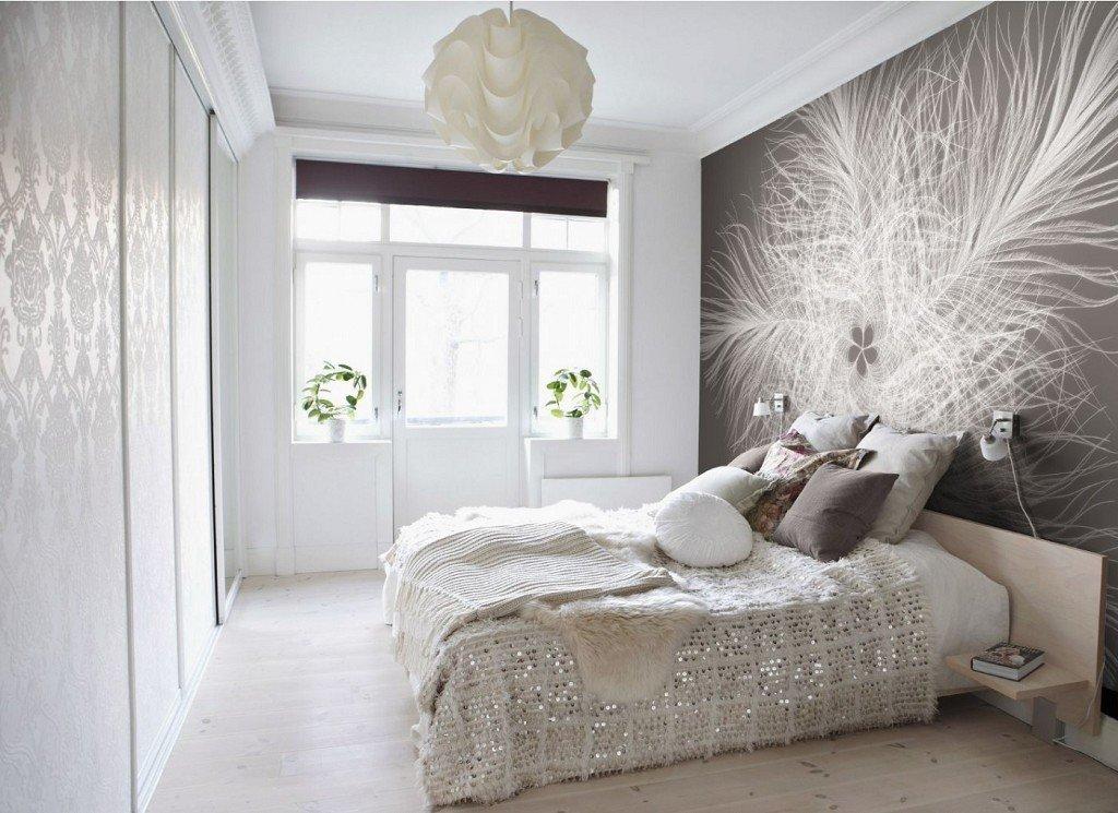 Два вида обоев в спальне. Фотообои и обычные белые с узорами создают ни с чем не сравнимый интерьер