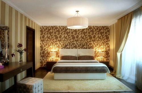 Два вида обоев узорчатые и в полоску в интерьере спальни помогают её зрительно увеличить